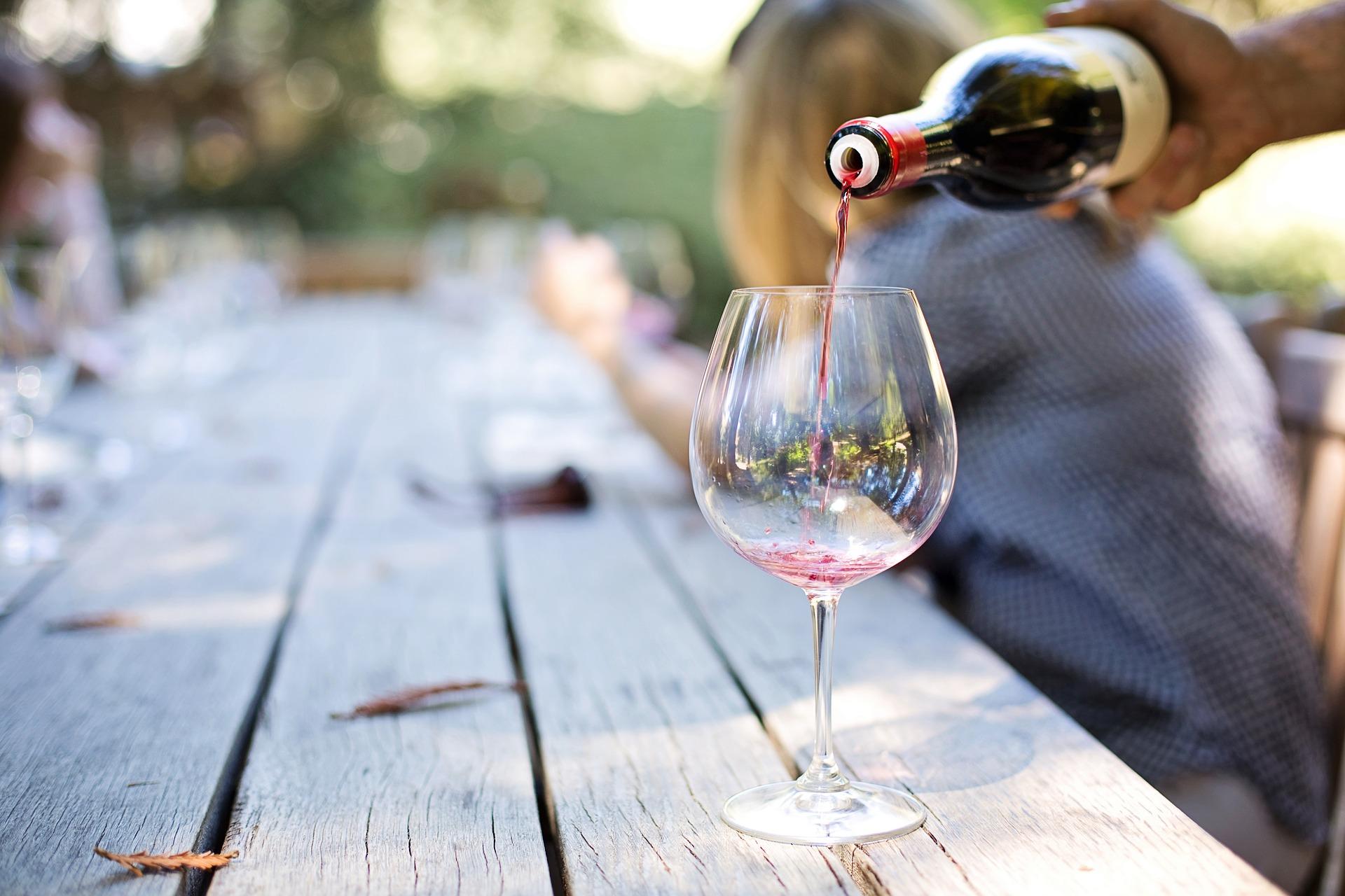 Ein Glas Rotwein zum Zelebrieren der Erfolge der Woche